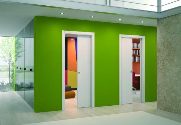 zielone pomieszczenie z drzwiami