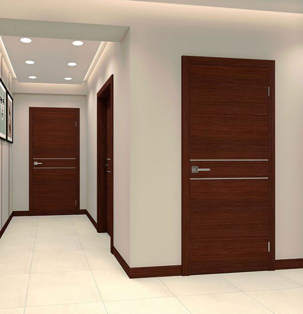 korytarz z drewnianymi drzwiami